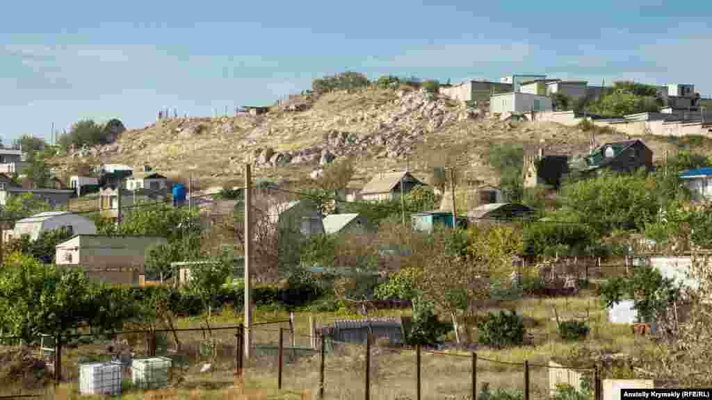 Частный сектор «вгрызается» в каменистые холмы на южной окраине города
