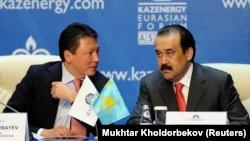 Премьер-министр Казахстана Карим Масимов (справа) слушает Тимура Кулибаева, председателя ассоциации Kazenergy, на ежегодной конференции Kazenergy в Астане, 4 октября 2011 года. Кулибаев также является главой фонда национального благосостояния «Самрук-Казына».