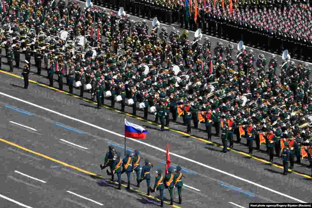 Російські військовослужбовці на параді до Дня Перемоги. Росія зареєструвала 600 тисяч випадків зараження коронавірусом, що ставить її на третє місце за кількістю інфікованих людей у світі. Офіційне число загиблих становить понад 8 тисяч, але реальна кількість вважається набагато більшою