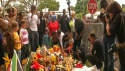 تجمع شهروندان عزادار آفریقای جنوبی مقابل محل سکونت ماندلا
