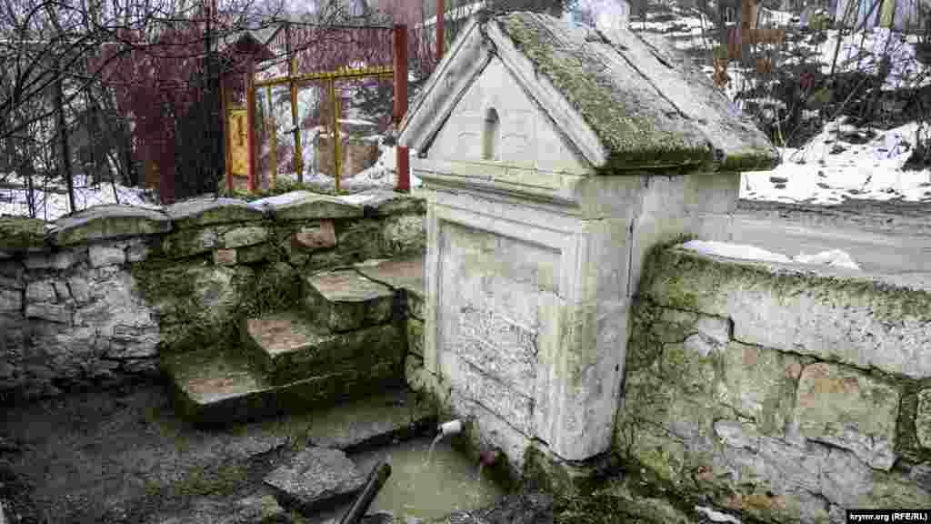 Старе діюче джерело в центрі Прохолодного жителі села називають фонтаном
