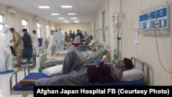آرشیف، شماری از افراد مبتلا به ویروس کرونا در شفاخانه افغان جاپان در شهر کابل
