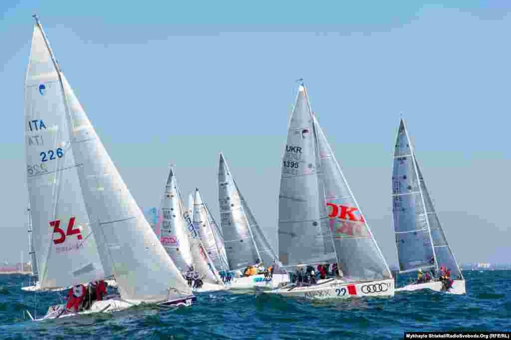 Серйозні змагання починаються одразу, як звучить сигнал до старту – яхти йдуть одна за одною, має значення кожен метр