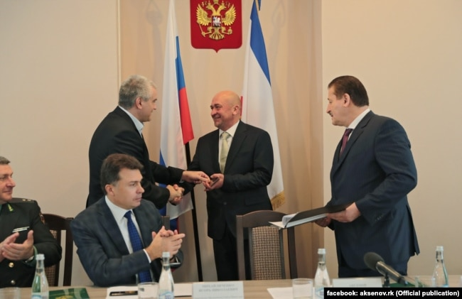 На заднем плане: Сергей Аксенов и Михаил Назаров (справа)