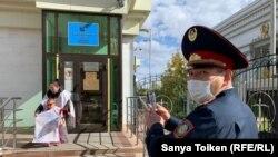 Жительница Талдыкоргана Бактыгуль Масылбаева протестует у здания Верховного суда. Нур-Султан, 16 сентября 2020 года.