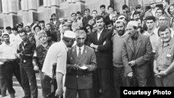 Грозный, напротив президентского дворца осенью 1994 года. Анзор Масхадов наверху в берете. На первом плане Аслан Масхадов разговаривает с добровольцами.
