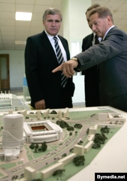 Генадзь Нявыглас і Ўладзімер Раманаў разглядаюць адзін з праектаў будаўніцтва шматфункцыянальнага комплексу на месцы стадыёна «Трактар», 2007 год