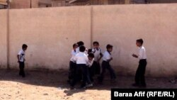 تلاميذ خارج مدرستهم