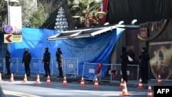 Полиция перед входом в клуб