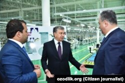 Президент Шавкат Мирзияев приехал в текстильный комбинат «Зарбдор текстиль» с местными и республиканскими чиновниками, 30 марта 2018 года.