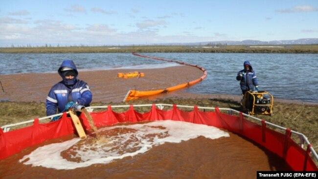 Операция по почистване на водата от дизела