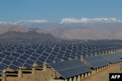 Шинжан уйгур автоном районунда Кытай -Евробиримдик чогуу курган күндун кубатын энергияга айлантчу солярдык станция.