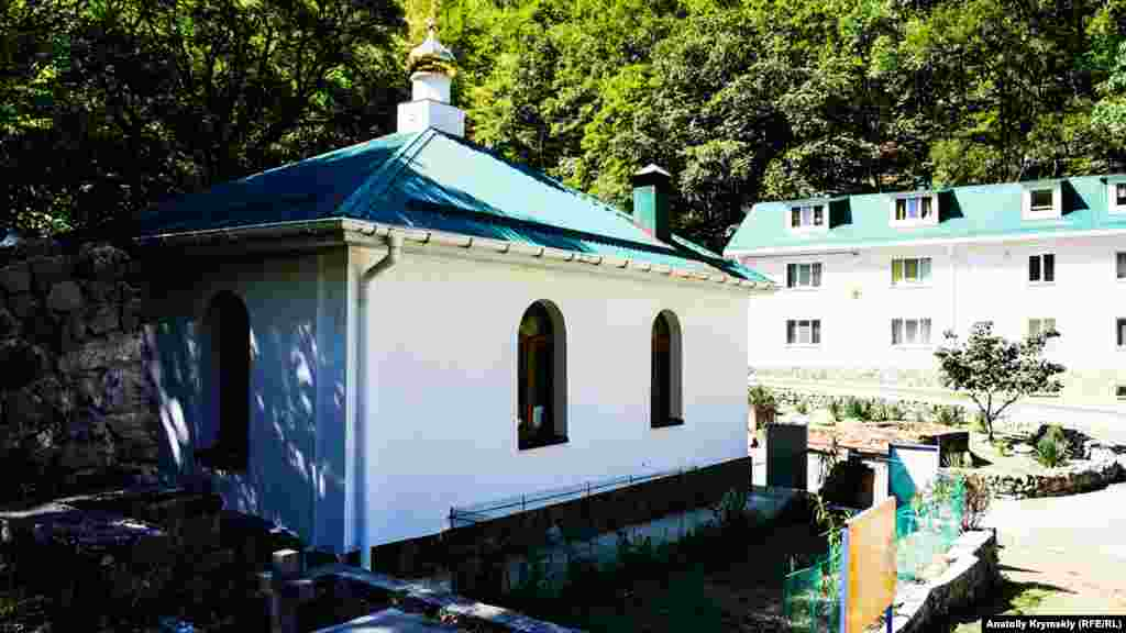 Перед храмом – новый братский корпус