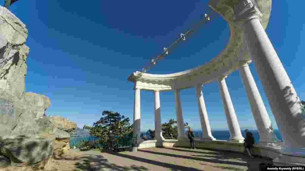 На смотровой площадке под скалой. Фотопрогулку корреспондента Крым.Реалии по Солнечной тропе смотрите в галерее