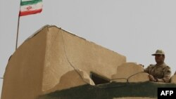 یو ایراني سرتیری د قاچاق وړونکو د تګ څارنه کوي