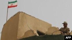 Иранский пограничник на службе. 19 июля 2011 года.