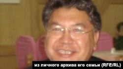 """ШУАРдагы """"Тил жана котормо"""" журналынын башкы редактору, профессор Макелек Өмүрбай."""