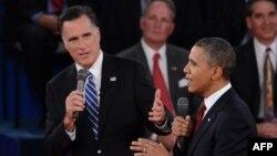 Митт Ромни (сол жақта) мен Барак Обама дебат кезінде. Нью-Йорк, 16 қазан 2012 жыл.