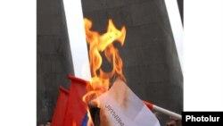 Armenia - Protest action against proposed signing of Armenian - Turkish protocols, Yerevan, Tsitsernakaberd Memorial, 06Oct, 2009