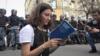 Пратэст у Маскве, актывістка чытае Канстытуцыю паліцыянтам