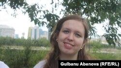 """Психолог Анастасия Шендрик работает с воспитанниками центра """"КИТ"""". Астана, июнь 2018 года."""