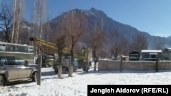Чарбак ауылы маңында тұрған көліктер. Қырғызстан, 7 қаңтар 2013 жыл.