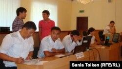 Владимир Козлов, Серік Сапарғали және Ақжанат Әминовтің сотындағы прокурорлар. Ақтау, 16 тамыз 2012 жыл.