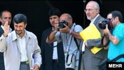 آقاى كردان (راست) روز پانزدهم مردادماه و در يك جلسه جنجالى در مجلس شوراى اسلامى توانست راى اعتماد نمايندگان را براى تصدى پست وزارت كشور كسب كند.(عکس: AFP)