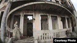 Отто Лакоба своей камерой исследует старый город, выискивает в нем остатки роскошного в прошлом стиля, который царил здесь