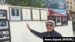 Šaban Gaši pored izložbene postavke u Prištini