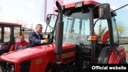 Мэр Кіева Віталь Клічко разглядае трактары Менскага трактарнага заводу (МТЗ). Кіеў, 5 красавіка 2017 году.