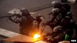 Ілюстративне фото. Бійці підрозділу «Беркут» ведуть вогонь по учасниках акції протесту на Майдані, Київ, лютий 2014 року