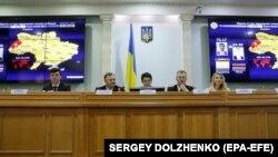 Євген Радченко (другий праворуч) заявив натомість, що «ЦВК б'є всі рекорди швидкості»