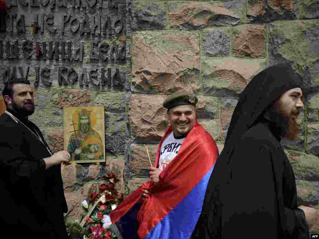 Kosovar Serbs attend a ceremony marking the battle in Gazimestan in 2010.