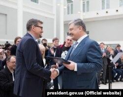 Петро Порошенко (праворуч) вручає Шевченківську премію Сергію Плохію (ліворуч). Київ, 9 березня 2018 року
