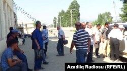 Masallı rayonu, işsizlər əraziyə gələn avtomobilin ətrafına toplaşır, 9 iyun 2018