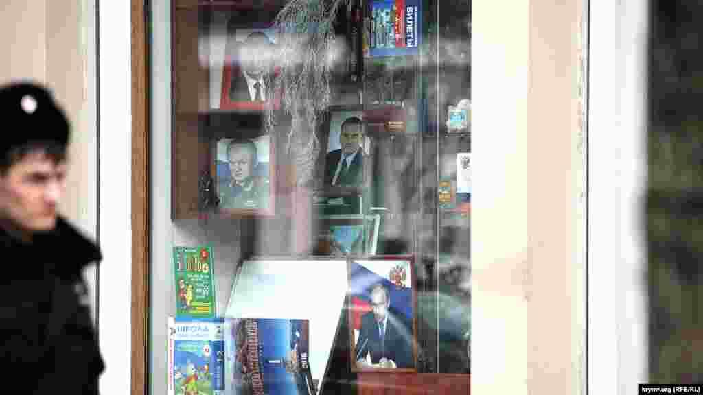 Aqmescitniñ kitap tükânlarında Rusiye prezidenti Vladimir Putin, RF Mudafaa naziri Sergey Şoygu ve Qırımnıñ Rusiye baş naziri Sergey Aksenovnıñ süretlerini satalar, 2015 senesi dekabr 11 künü