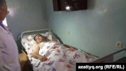 """""""Паллада"""" қару-жарақ дүкені жанындағы атыс кезінде жараланған полиция қызметкері Дәурен Оразбаев. Ақтөбе, 6 маусым 2016 жыл."""