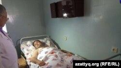 """""""Паллада"""" қару-жарақ дүкені жанындағы атыс кезінде жараланған полиция қызметкері Дәурен Оразбаев ауруханада жатыр. Ақтөбе, 6 маусым 2016 жыл."""