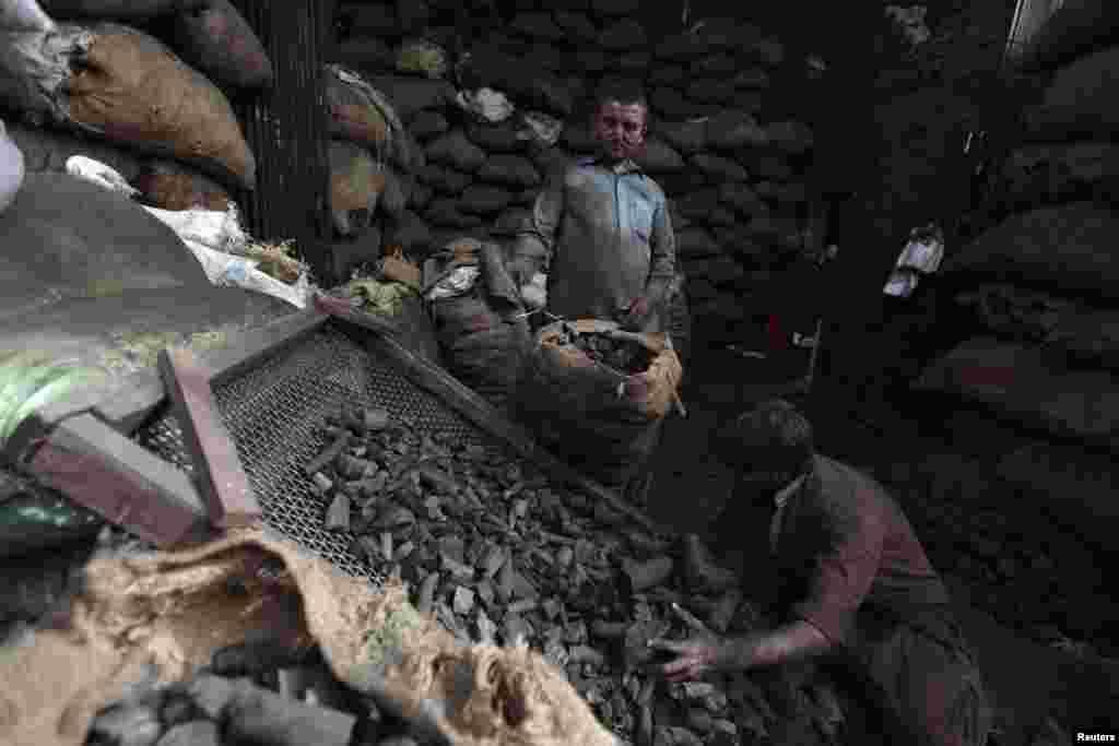 Сартаваньне вугалю на рынку ў Равалпінды, Пакістан.
