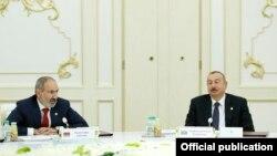 Премьер-министр Армении Никол Пашинян (слева) и президент Азербайджана Ильхам Алиев на саммите СНГ в Ашхабаде, 11 октября 2019 г.