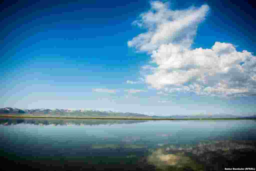 Озеро Сон-Куль. Оно расположено в гигантской котловине между хребтами Сон-Культау и Молдотау на высоте 3016 метров над уровнем моря, в северо-западной части Нарынской области. Озеро простирается на 29 километров в длину и на 18 километров в ширину, достигая при этом глубины до 22 метров.