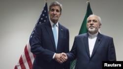 ABŞ-nyň döwlet sekretary Jon Kerri (ç) we Eýranyň daşary işler ministri Mohammad Jawad Zarif (s), Nýu Ýork, 26-njy sentýabr, 2015