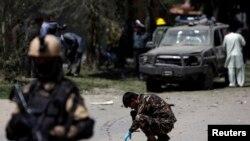 Афганские силы безопасности на месте взрыва.