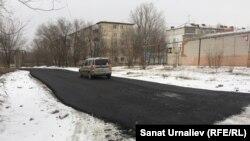Участок дороги в микрорайоне Зачаганск в Уральске, на котором в минусовую погоду был уложен асфальт. 6 декабря 2017 года.