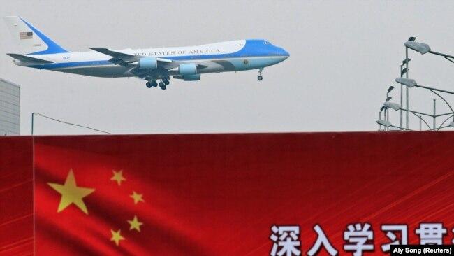 Самолет президента США совершает посадку в Пекине