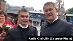 Радий Хәбиров (у) Айгиз Баймөхәммәтовка Башкортстанның атказанган мәдәният хезмәткәре исемен тапшыргач