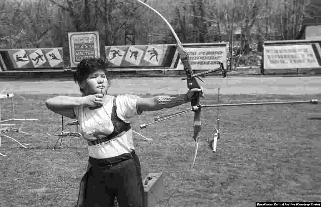 Алма-Ата, 1988 год. Автор съемки: Жубанов. Одна из участниц соревнований по стрельбе из лука на празднике Наурыз.