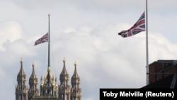 Drapelul britanic în bernă pe Parlamentul de la Londra