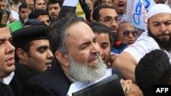 Салафилер имамы Хазем Әбу Исмаил Каирдегі соттан кейін жақтастарының ортасында. Египет, 10 сәуір 2012 жыл.
